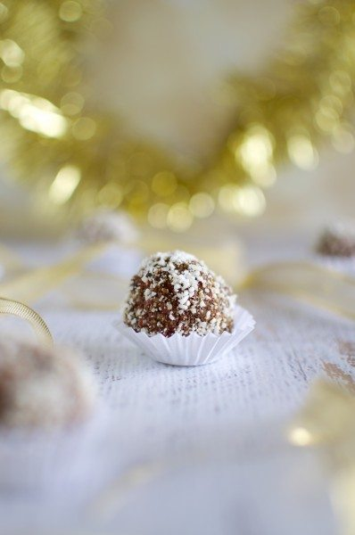 Nut free Christmas bliss balls with goji berries via www.clairekcreations.com