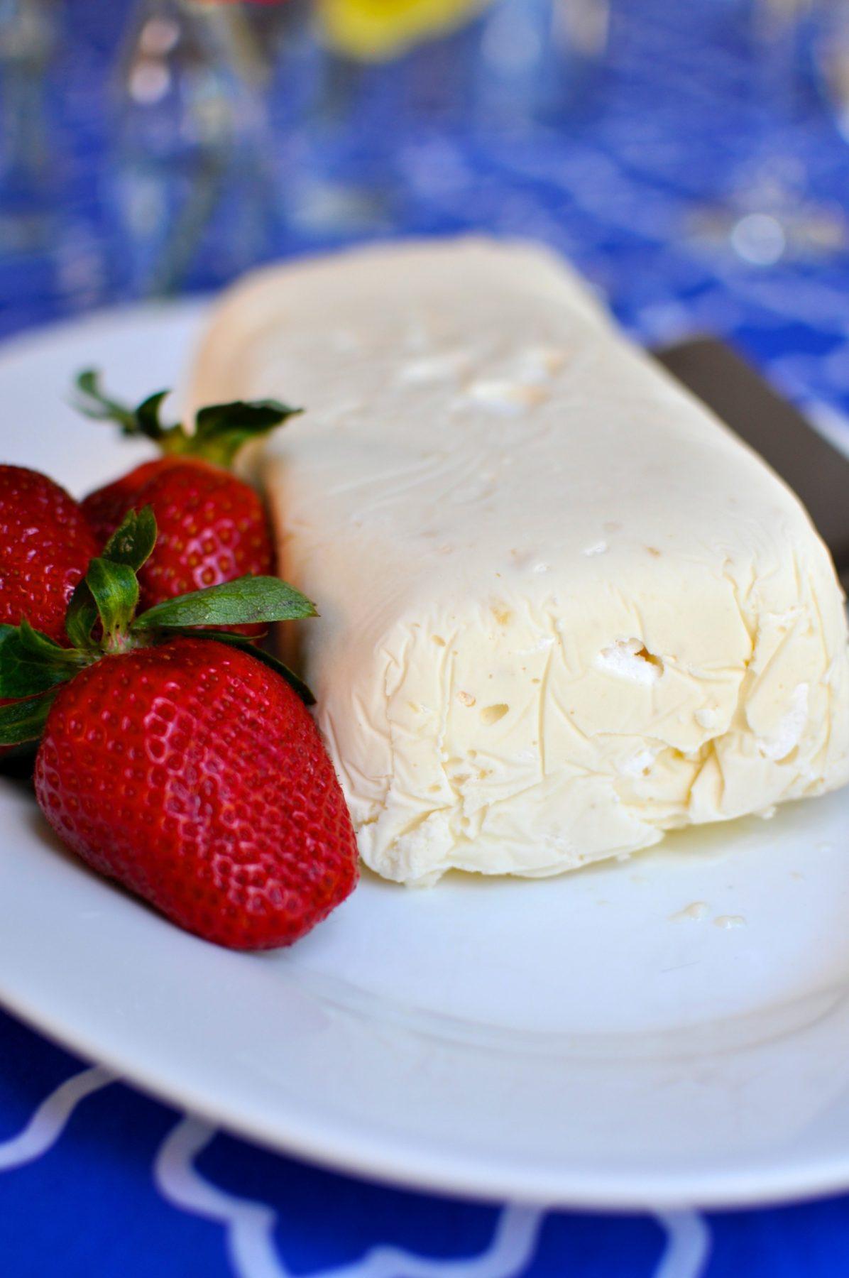 Lemon meringue ice cream with chocolate sauce