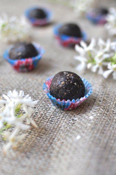 Raw brownie balls