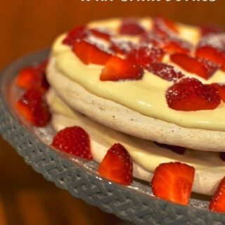 Hazelnut meringue with strawberries - Meringue Mania